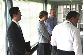 スペルマン米国領事来訪  マリリン モンローの写真に驚く